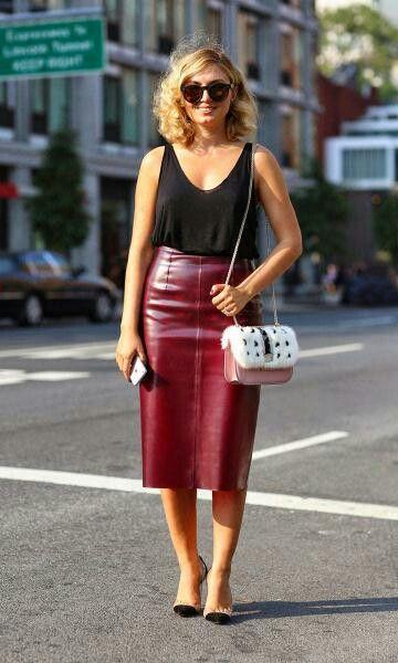 saia lápis midi couro vinho | looks inspirações in 2019 | Fashion, New york fashion week street style, Black leather pencil skirt