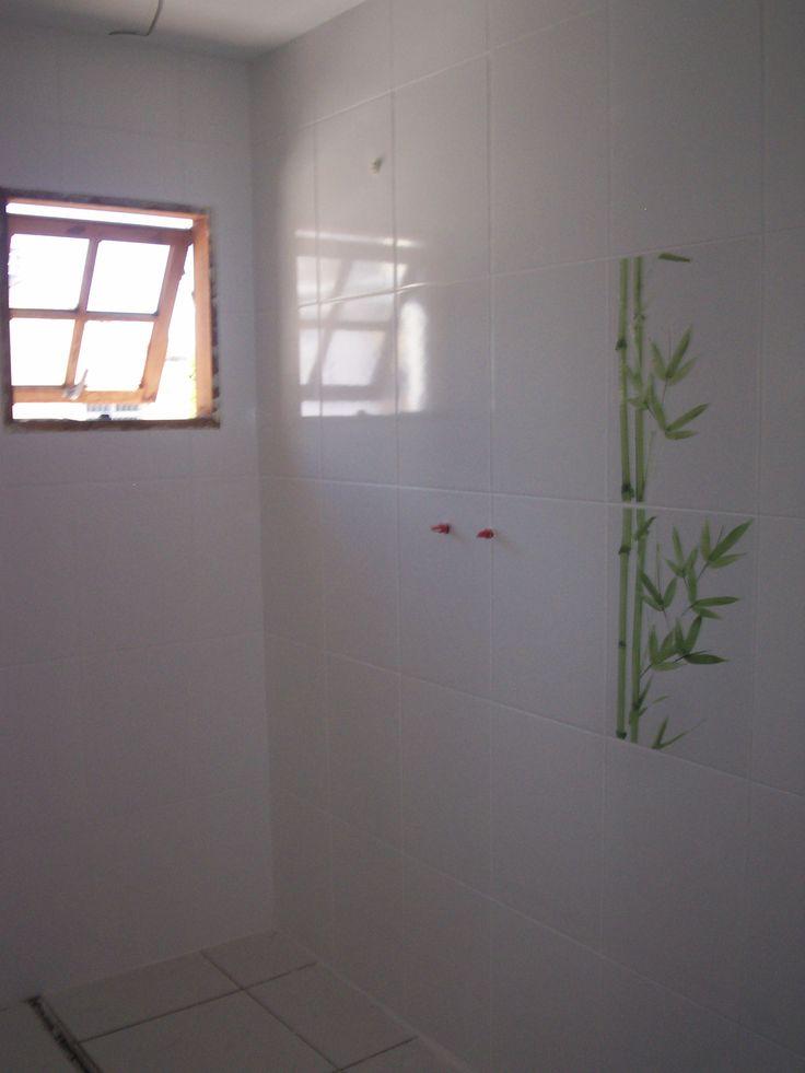 A iluminação natural associada ao pequeno detalhe, em verde claro, neste banheiro da suíte, faz toda a diferença.