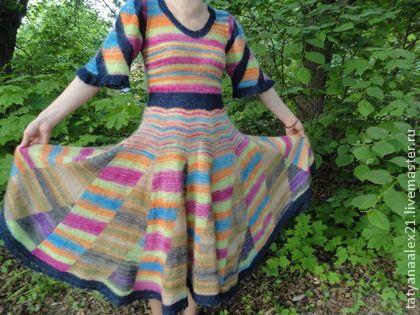 Платье «Rainbow» Платье создано из шикарной пряжи Debbie Bliss Angel Print, 76% Кид Мохер, 24% Шелк. Вдохновением для платья послужила сама пряжа, основа Debbie Bliss Angel Print № 7, такие красивые радужные сочетания. Еще я не смогла пройти мимо других оттенков Debbie Bliss Angel Print № 3, 10. Для того, чтобы переходы палитр не были размытыми, узкими полосками, я решила связать платье клиньями.   Так вот, на рукавах у него идут полосы не вдоль и не поперек, а наискосок, симметрично к телу.