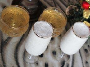 Коктейль из шампанского с мороженым и ананасом Шампанское - 100-150 мл;  Мороженое - 100 грамм;  Ананас консервированный кусочками - 1 стакан;  Лимон - 1 кружок;  Мята или базилик свежие - 4 листочка.