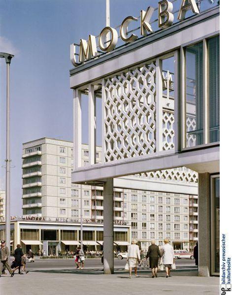 Betreiber des Restaurants Moskau (russisch: Moskwa) an der Karl-Marx-Allee war bis zur Wende die volkseigene Handelsorganisation der DDR, die HO. Heute steht das Haus unter Denkmalschutz und wird mit neuen Inhabern weitergeführt. Zusammen mit dem Kino International und der Mokka Milch Eisbar bildete die Gaststätte ein in den Wohnkomplex integriertes Ensemble an der berühmten Straße zwischen Strausberger Platz und Alexanderplatz (Foto nach 1963).