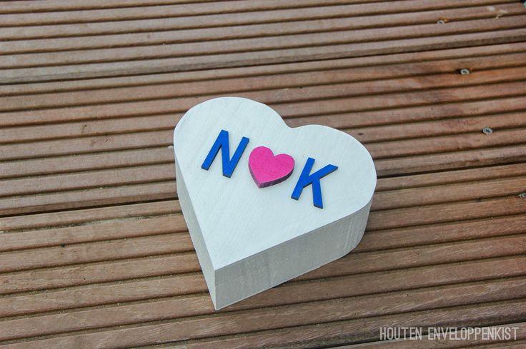 Ringendoosje met jullie initialen aan de bovenkant.   Bestellen kan via info@houtenenveloppenkist.nl