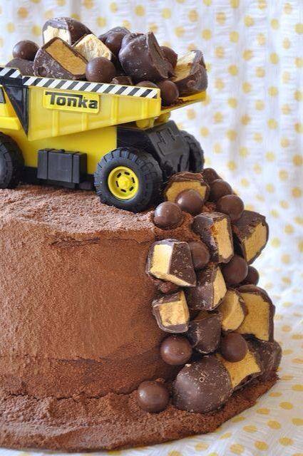 Tonka truck birthday cake:                                                                                                                                                                                 Más