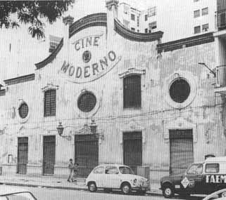 Situado en la C/ don Juan de Austria, el cine Moderno fue inaugurado en 1913. El precio era de butacas a 0,30. Disponían de una orquesta con cinco músicos, que pasó a ser un órgano mecánico debido a la elevada tarifa de los músicos.  La empresa del Cine Moderno se unió en 1935 con los cines Echegaray y Málaga Cinema, en una cadena que duró hasta 1940. En 1950 fue totalmente reformado. Cerró el último día del año 1968.