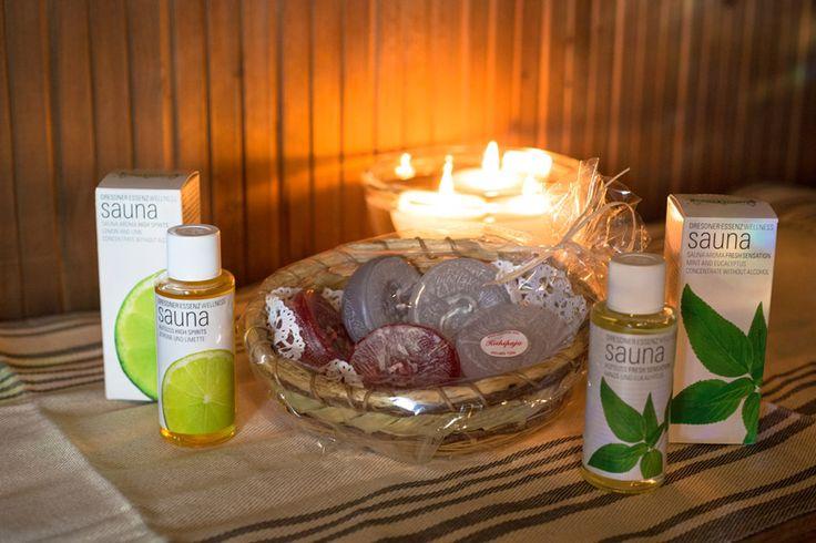 Saunan tunnelmasetti Lime-Eucalyptus sisältää: 5 kotimaista kelluvaa kynttilää puukorissa, pakkauksessa 1 harmaa, 2 valkoista ja 2 punaista kelluvaa parafiinikynttilää. 1 pullo saunatuoksu Sitruuna-Lime 1 pullo saunatuoksu Minttu-Eucalyptus http://www.iozzu.com/ #sauna #joulu #joululahjat #lahja #lahjaidea