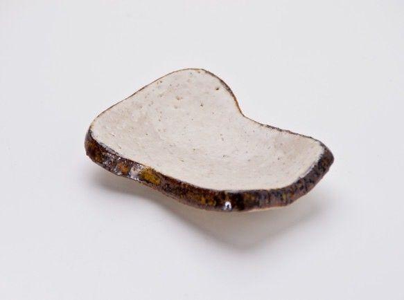 食パンの形をした、豆皿です。バターや角砂糖入れに最適!おおよそ高さ1.5cm、長さ6.5cm、幅5cm*送料について* 割れ物ですのでゆうパック利用をおすすめ...|ハンドメイド、手作り、手仕事品の通販・販売・購入ならCreema。