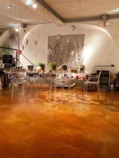 Cementová podlahové stěrka Microtopping s oranžovým barvivem Acid Stain. / Cement coating Microtopping with orange Acid Stain dye, BOCA Praha. http://www.bocapraha.cz/cs/produkt/646/microtopping-podlahova-designova-sterka/