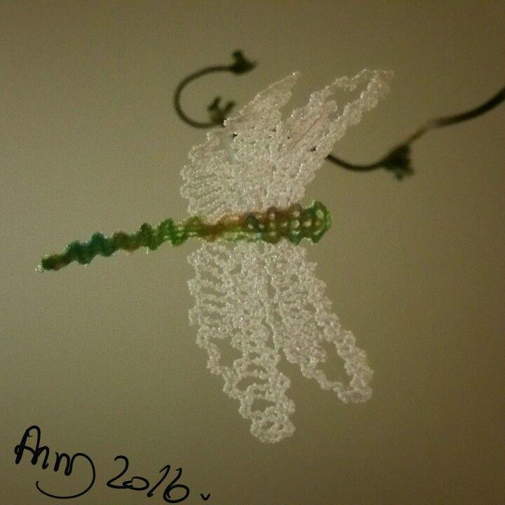 En lille lace guldsmed i Mylar/meleret broderi tråd.