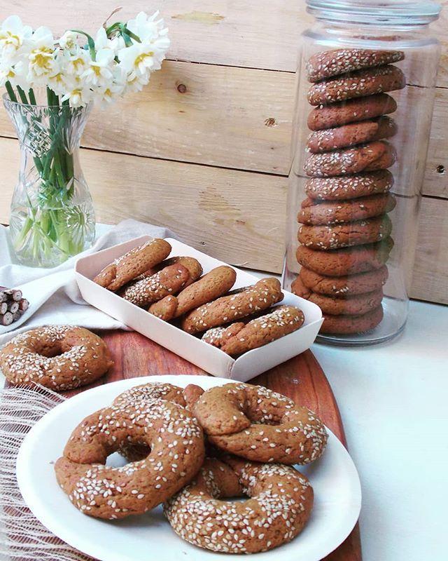 "Grape molasses cookies ""Moustokouloura"" 🍇🍇Greek traditional koulourakia. [Recipe on blog archives ].Μουστοκουλουρα για τον καφέ. Όταν βρίσκεις ξεχασμένο μουστο φτιάχνεις κουλουράκια. 🍇 Ιδανικά και για την νηστεία 😉😉😉[Συνταγή στο blog].#μουστοκουλουρα #grapemolassescookies #moustokouloura #greekrecipe #lifokitchen"