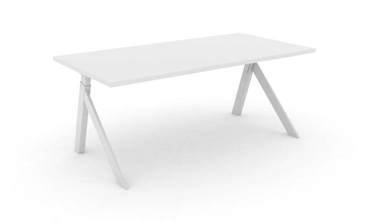 K2 skrivbord har ett spännande höj och sänkbart stativ.