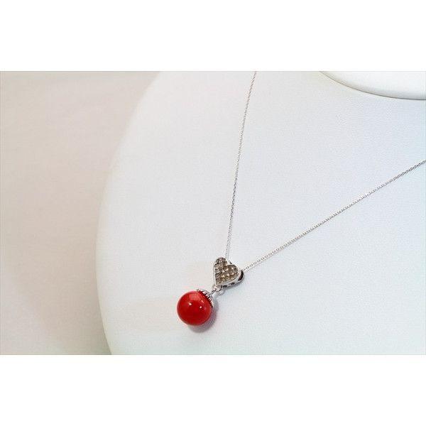 赤珊瑚 カラーダイヤモンドペンダント K18WG 重量:4.4g 赤珊瑚:11.5mm珠    カラーダイヤモンド:1.30ct 素材.チェーン:K18WG  トップ:H25mm×W11.5mm ネックレス全長:41cm \158,000   【商品説明】 深みと鮮やかさを上品に併せ持つ、魅惑的な彩りが美しい赤珊瑚11.5mm珠 美しい真円全体に真っ赤な彩りを宿し、艶やかに輝き続ける赤珊瑚は 天然ならではの神秘的な赤の光彩を存分にご堪能いただけます。 トップには絹のように滑らかな光沢で照りの見事な赤珊瑚から ハートデザインにカラーダイヤモンド1.30ctをセレクトし、可愛い、素敵な仕上がりです。 ダイヤモンドの優しい煌めきが場面一杯に輝き、トップの美しい赤珊瑚をライトアップします。 存在感がありますので、ドレスアップにもぴったりです勿論、普段のファッションにも合わせ易いカラーですので、様々なスタイルにプラスしてエレガントな輝きをお楽しみ下さい。