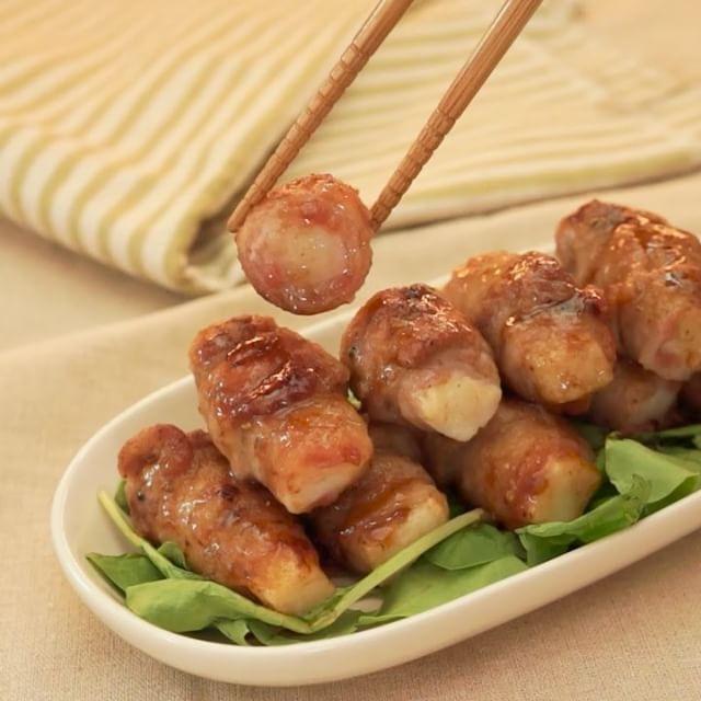 梅でさっぱりといただく、#梅と長芋の豚肉巻き のレシピをご紹介します! 巻いているので食べやすく、シャキシャキとした長芋の食感がたまりません♪ お弁当におつまみにいかがですか? 材料 ・長芋 5cm程度 ・水 500cc ・酢 少々 ・豚バラ薄切り肉 200g ・塩こしょう 少々 ・サラダ油 大さじ1 ・小麦粉 適量 (炒める時のタレ) ・醤油 小さじ2 ・酒 大さじ1 ・みりん 小さじ2 (梅だれ) ・梅干し 2個 ・酒 小さじ1 ・砂糖 小さじ1  手順 1. 皮をむき、5分程酢水につけた長芋の水気を切ったら棒状に切る 2. 梅干しの種を除き、叩いたら酒、砂糖と合わせてよく混ぜる 3. 豚肉を1枚広げて塩こしょうし、小麦粉をまぶす 4. 梅だれ、長芋を巻いていき、小麦粉を全体にまぶす 5. サラダ油を熱したフライパンに並べ、転がしながら全体に焼き色をつける 6. 余分な油を拭き取り、醤油、酒、みりんを加えてよくからめたら完成  作ったらぜひ#delishkitchentv のタグをつけて写真を載せて教えてください♪ #cooking #recipe #foodie…