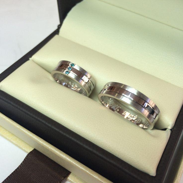 Argollas en oro blanco de 18 kilates y diamantes azules   www.elbrillantejoyeria.com.co