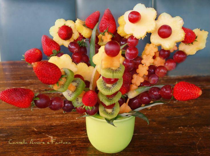 Il fior di frutta è una composizione di frutta a forma di fiore che abbellirà le vostre tavole o i vostri buffet. Questo centro tavola così originale e semplice allo stesso tempo l'ho creato appositamente per una mia amica che voleva abbellire il buffet dei dolci con qualcosa di colorato e commestib