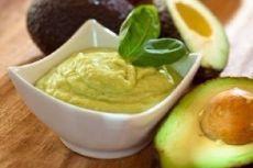 10 вариантов разных соусов 1. Сметана(15%) + пара долек чеснока+ измельченный укроп+соль и черный перец. Все перемешиваем. Сметану больше 15% лучше не брать или немного развести густую сметану водой(молоком).Такой соус отлично подойдет к голубцам, драникам, овощным котлетам и печеному картофелю. 2. Оливковое масло(растительное)+лимонный сок+соль+смесь сушеных итальянских трав(базилик, орегано, майоран, тимьян) . Соус подходит для овощных салатов, рыбы, курицы, мяса. 3. Сли...