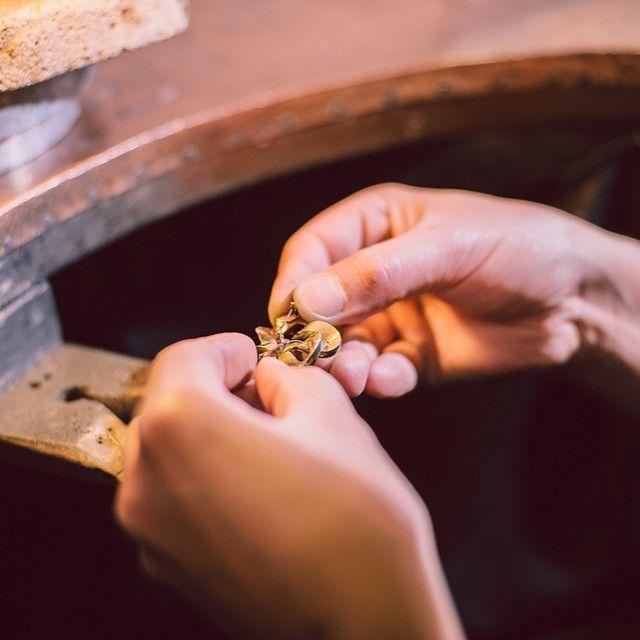 Surprindem imagini în direct din cadrul Manufacturii Sabion, unde, colegii noștri sunt în plin act de creație, desenează, pregătesc materialul, topesc aur, laminează, traforează, și câte și mai câte, toate pentru a aduce în fața noastră cele mai frumoase bijuterii românești. #bijuterii #sabion #romania #jewelry #jewelrylover #jewelryshop #instajewelry #ékszerek #joyas #bijoux #takı #Schmuck #首饰 #首飾 #보석류#ювелирныеизделия #gioielli #مجوهرات #ジュエリー Bijuterii cu suflet manufacturate în România. 