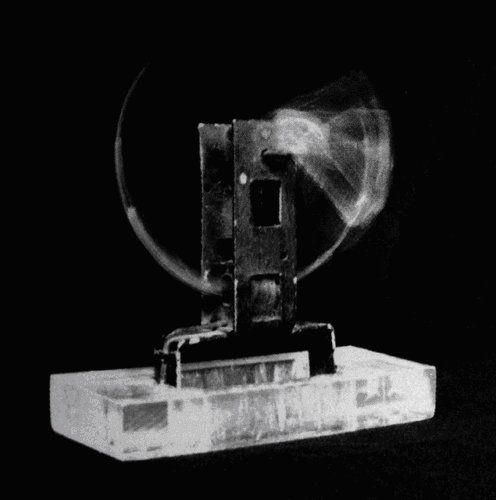 """Gyula Kosice """"Una gota acunada a toda velocidad"""" 1948 El elemento principal en la obra de Kosice es el agua, hidroesculturas, hidrocinetismo, hidroespacialidad, hidromurales, siendo pionero en su uso artístico con su obra Una gota acunada a toda velocidad (1948). El agua es para Kosice el origen de la vida a la vez que energía del futuro, la mayor parte constituyente de nuestro cuerpo y nuestro planeta,"""