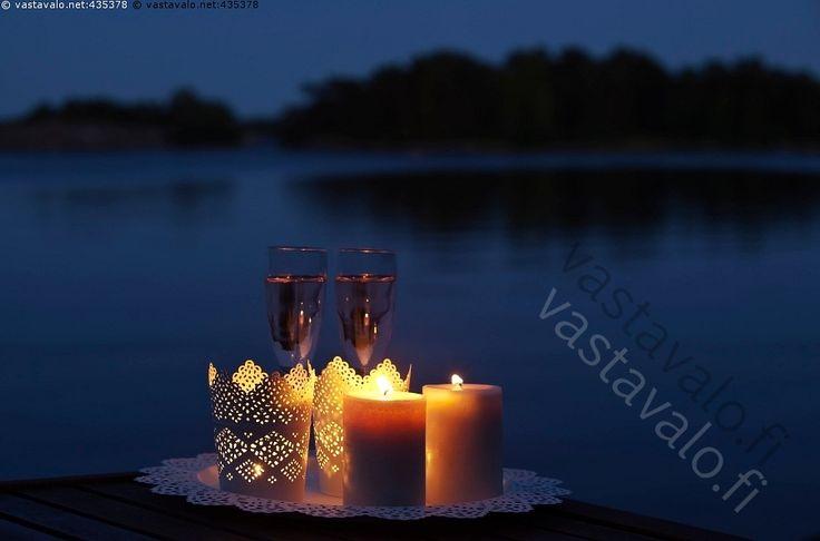Elokuun ilta rannalla - asetelma ilta Itämeri juoma juomat kallio kesä kesäilta kesämaisema kesäyö kynttilä kynttilänvalo kynttilät lasit loma lomailu maisema merenrannat merenranta meri merimaisema mökkeily rannat ranta rantakallio saaristo saaristomaisema Saaristomeri sininen Turun tyyni vapaa-aika vapaa-ajanvietto vesi yö hetki kynttiläasetelma romantiikka romanttinen tunnelma vedenpinta kaunis lasit juomalasi juomalasit viinilasi viinilasit shampanjalasi shampanjalasit sampanjalasi…
