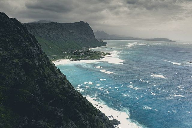 Hawaii is not only white sandy beaches there are impressives cliffs too. And if the waether is cloudy and windy the view is far more spectacular from there.  . . . #hawaii #aloha #cliff #hiking #ocean #coast #usa #northamerica #travel #travelphotography #travelgram #passionpassport #neverstopexploring #earthpix #thegreatoutdoors #nature #lifeofadventure #mothernature #landscape #landscapephotography #letsgosomewhere #picoftheday #wanderlust #ourplanetdaily #stayandwander #backpackersjournal…
