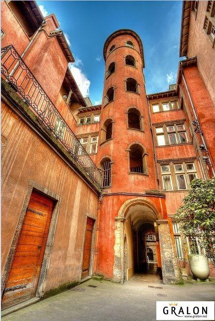 Fait/check! Le vieux Lyon, ses rues pavees, ses traboules (ces passages quasi secrets en plein coeur de ville), ses bouchons, on adore s'y promener