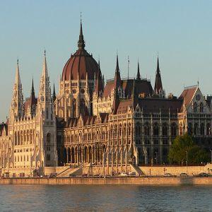 Ce puteți vedea și face în Budapesta.  Un oras superb din Europa Centrală, Budapesta este un loc minunat pentru a-l vizita oricand pe parcursul anului.    Puteti vedea castele, biserici și monumente, vă puteți relaxa în băile renumite și savura preparate din renumita bucătărie maghiară.   Capitala Ungariei si cel mai mare oras din Europa est-centrală, Budapesta este o destinatie de vacanta superba si accesibila cu un buget-friendly.