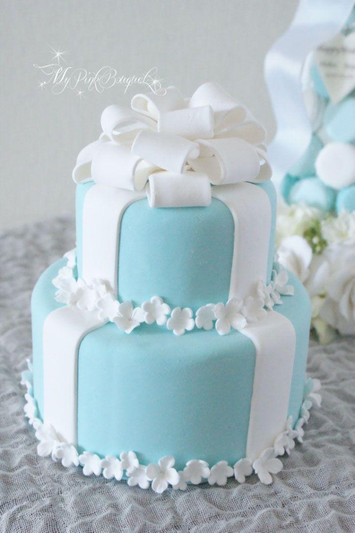 ティファニーカラーのクレイケーキ。トップのおリボンはループたっぷりおリボン。小花を散らしたデザインです。