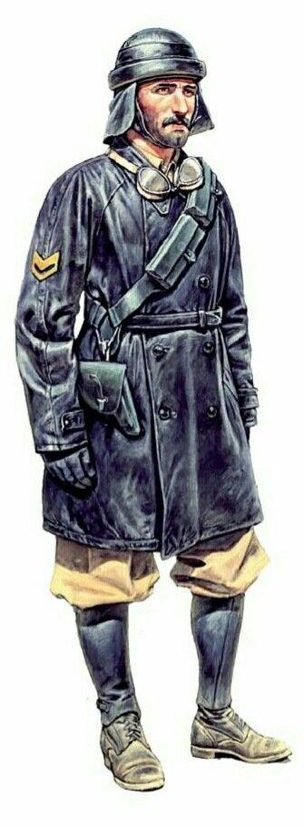 Carrista del regio esercito, con la solita giacca in cuoio e sotto gli abiti estivi, risalenti alle guerre in nord Africa.