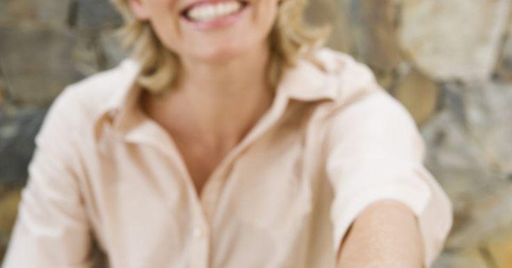 Cómo ajustar el tamaño de un anillo sin cortarlo. Si quieres cambiar el tamaño de tu anillo de boda o usar una reliquia familiar, puede ser posible completar esta tarea sin necesidad de cortar el anillo. Los factores que influyen en el cambio de tamaño de anillo incluyen el material del que está hecho, los ajustes de la joya y el grado de la diferencia de tamaño. Al hacer que un anillo cambie de ...