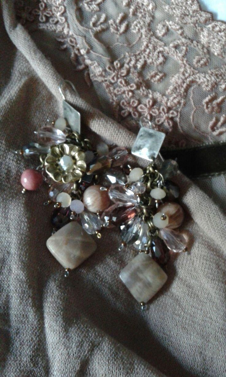 Orecchini con labradorite cristalli rosa, agate, e dettaglio con bottone antico floreale anni 50..pezzo unico