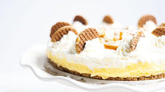 Stroopwafels zijn denk ik echt de lekkerste Nederlandse koekjes die er zijn en ik heb er voor mijn blog gek genoeg nog helemaal niks mee gedaan. Ik ken ook helemaal niemand die niet van stroopwafels houdt. Tijd om dit heerlijke koekje te verwerken in een taart: de stroopwafeltaart. Wel een lekkere makkelijke variant natuurlijk met …