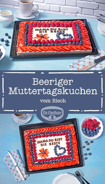 Beeriger Muttertagskuchen vom Blech: Erdbeeren, Blaubeeren und Himbeeren - auf einer feinen Sahnecreme und einem lockeren Rührteig. Kuchenliebe im Quadrat.