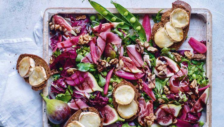 Denne salat er ikke bare visuelt indbydende, den er også en fryd at spise. Her får du opskriften på pink salat med gedeost-crostini