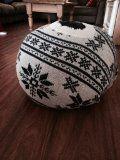 zelfgemaakte poef van een oude trui, leuk voor de feestdagen!