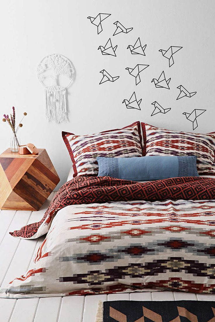 This is a bedroom ruled by geometric forms. Check for example the fabulous wooden nightstand. The geometric origami birds are actually wall stickers by TotalVinylDesign on Etsy. We think they are absolute showstoppers.
