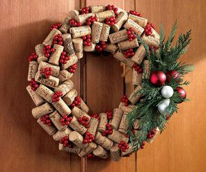 Christmas Cork Wreath - I love the look of this but I'm thinking I might look like a raging wino!  LOL