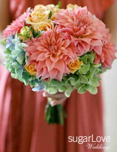 Such a gorgeous bouquet! It uses unique and happy colours in addition to these delicate and romantic flowers. That's how I vision my wedding day. Vanessa Sá