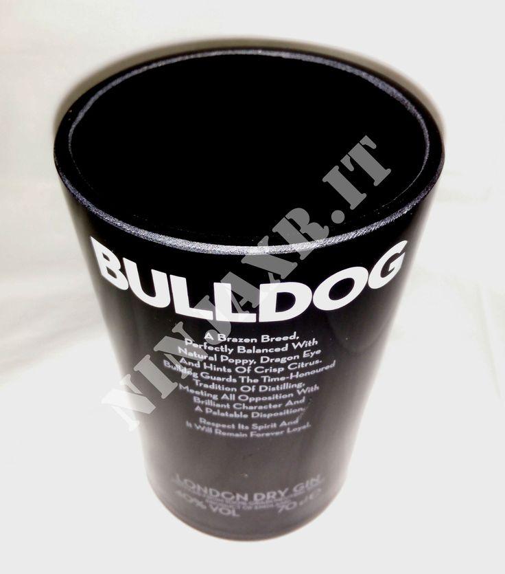 Vaso creato da una bottiglia di Gin Bulldog. tagliando e levigando i bordi si è giunti ad ottenere questo vaso porta oggetti che conferirà classe e raffinatezza all'arredamento dei vostri locali.