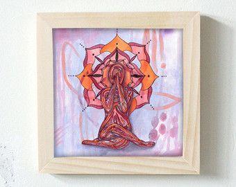 Se trata de una impresión de arte yoga titulada a Luna. La imagen de arte yoga mide 5 pulgadas por 5 pulgadas.  Tranquilo es el reposo Luna, oscura con la promesa de renacimiento. Como la luna nueva, tienes un resplandor interior que está siempre encendida, no importa cómo de oscuro.  Adornan su práctica de espacio con esta Luna impresión inspirada como una forma de reconectar con su luz interior.  La obra de arte es impreso en papel mate lisa 8 x 10 pulgadas con un borde blanco para…