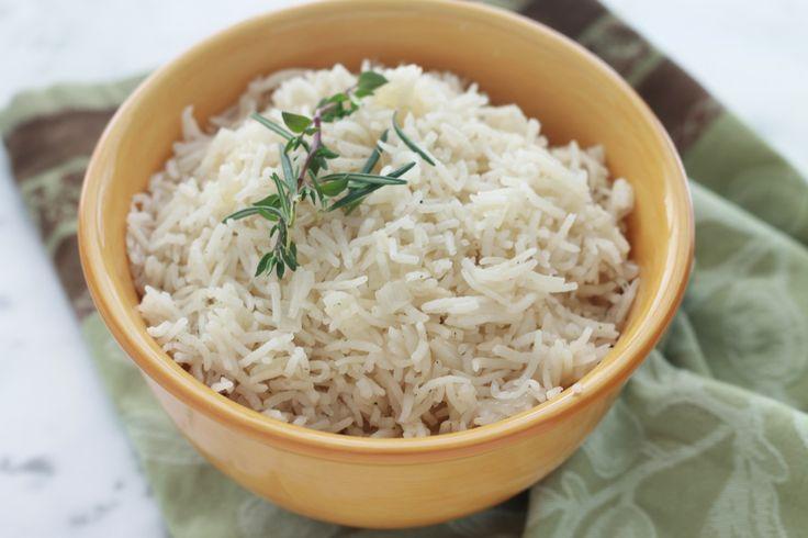 Riz pilaf, un accompagnement savoureux pour viandes et poissons. Très facile, rapide, avec des ingrédients basiques : riz, oignon, huile, bouillon, épices/herbes aromatiques. / cuisineculinaire.com