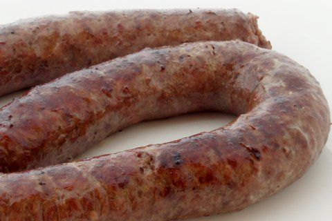 HOW TO MAKE BOEREWORS == 1,5 kg minced beef 1,5 kg deboned pork 500 gram pork fat (use the firm pork fat directly under the skin) 50 ml (3 tablespoons/20 gram) whole coriander seed, singed and ground 25 ml (5 teaspoons/30 gram) salt 5 ml (1 teaspoon) ground black pepper 2 ml (1/2 teaspoon) ground cloves 2 ml (1/2 teaspoon) ground nutmeg 150 ml (2/3 cup) brown vinegar About 90 gram intestine for casing (preferably pork intestine) Optional: 15 ml (1 tablespoon) fresh thyme ====