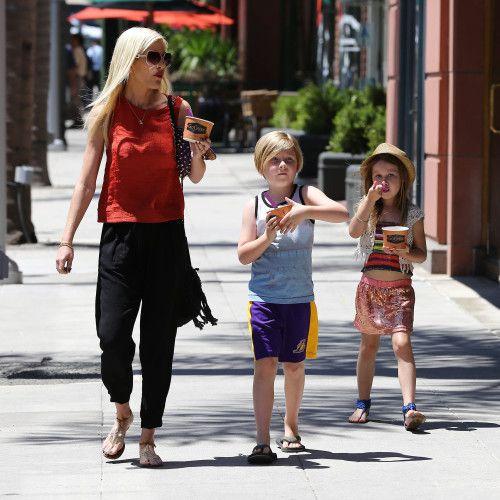 Tori Spelling & Kids: Yogurt To Go