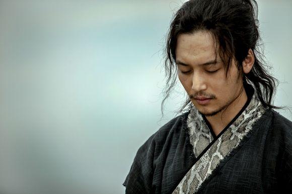 映画「ソーシャルフォビア」で映画賞新人賞を受賞し、韓国の大人気ドラマ「未生-ミセン-」に主役の同僚役で出演、ミュージカル「ヘドウィグ:ニューメイクアップ」では大胆なメイクを披露し、韓国エンタメ界で話… - 韓流・韓国芸能ニュースはKstyle