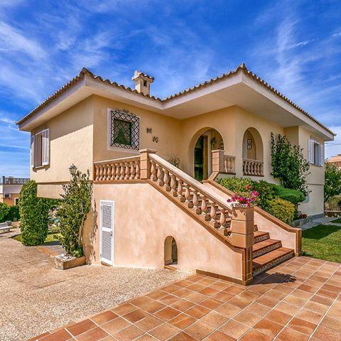 Otra villa, ideal para 6 adultos.   En su parte trasera esconde sus secretos: piscina, solárium, porche.  .  .  .  .  #Mallorca #mallorcavilla #mallorcaisland #BadiaBlava #Tucasaenmallorca #VisitMallorca #igersmallorca #baleares #balearicislands #igerbaleares #mallorcaworld  #house #homeadore #gorgeoushome #dreamhouse #villa #home #stonehouse #stunninghome #holidayhome #holidayhomes #casadevacaciones #chalet #holidayvilla #holidayrental #alquilervacacional #property #vivienda #rentals...
