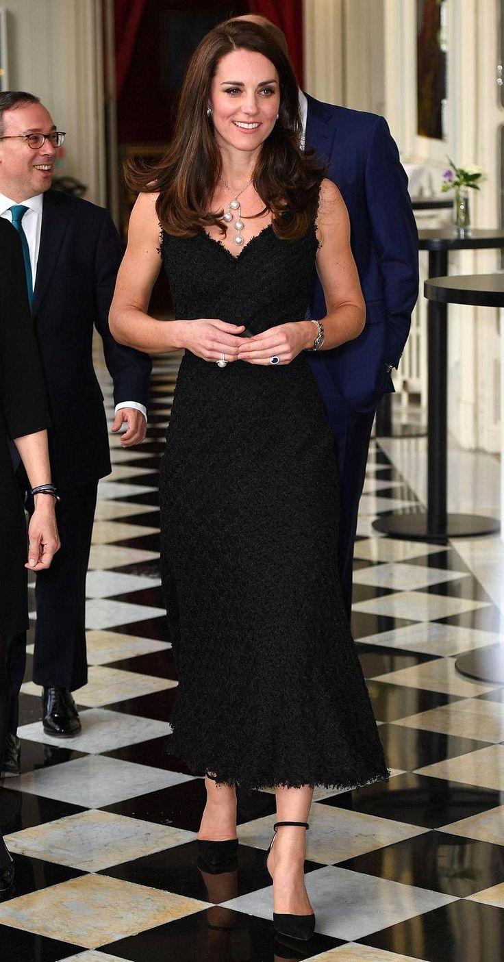 Kuin lumikuningatar! Herttuatar Catherine varasti huomion juhlaillallisella – sädehti superhoikkana yltäkylläisessä luksusmekossa - Kuninkaalliset - Ilta-Sanomat