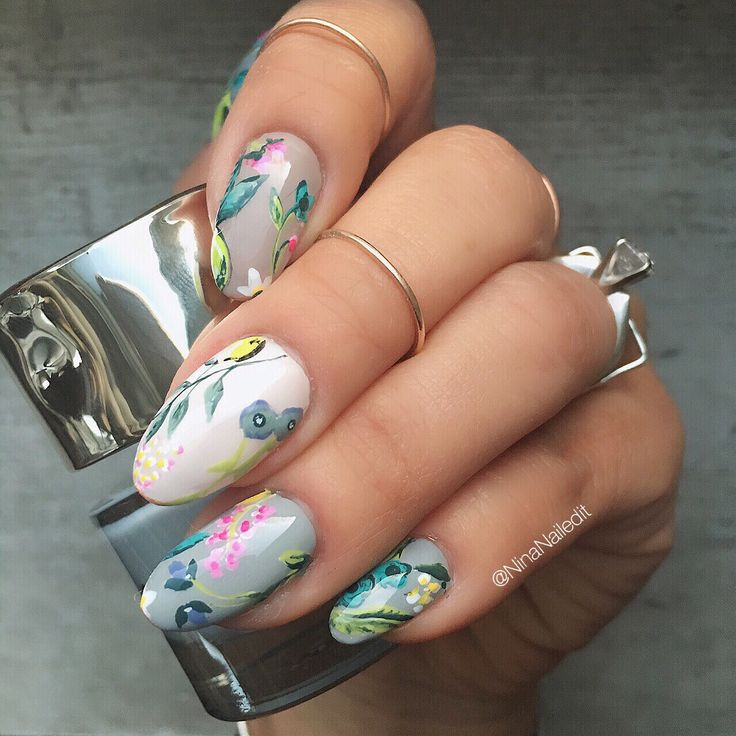 I'm embracing the fact that I just like having flowers on my nails with this floral mani inspired by the April @riflepaperco @birchbox! I used @smithandcult's Doe my Deer, Bitter Buddhist, Regret the Moon, Beat Street, and Feed the Rich!