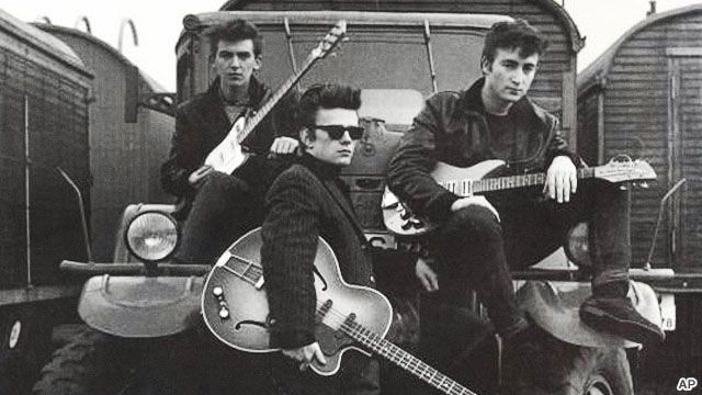 George Harrison, Stuart Sutcliffe e John Lennon.
