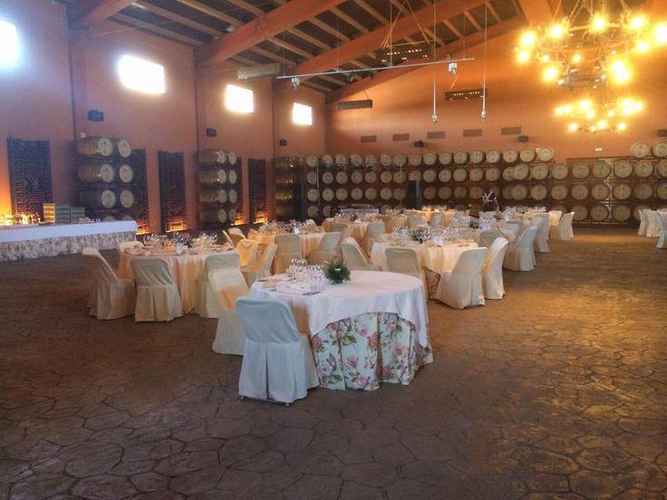 Disposición de las mesas de nuestro catering en las Bodegas Osborne. #AmadisCatering #Talavera #TalaveradelaReina #Bodas #Eventos #Catering #Comida #Food #Celebraciones #Detalles #Weddings #Decorations #CateringEventos #CateringBodas #Recepción #Reception #BodegasOsborne #Barriles #Casks #Mesas #Tables #Bodega #WineCellar#Chandelier #Lampara