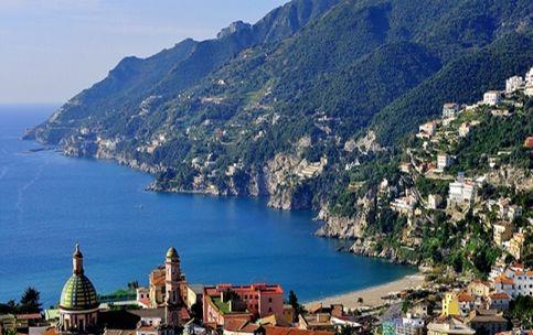 Tratto di costa famoso in tutto il mondo per la sua bellezza naturalistica, la Costiera Amalfitana deve il nome alla città di Amalfi. Passeggiare in questi luoghi significa essere catapultati in una tela di un pittore per la varietà dei colori e inebriati dal profumo degli agrumi, frutto simbolo di questa terra.