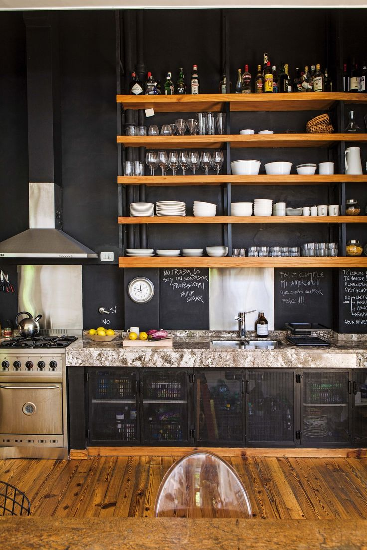Cocina comedor integrados en un PH reciclado con ambientes amplios y materiales nobles.