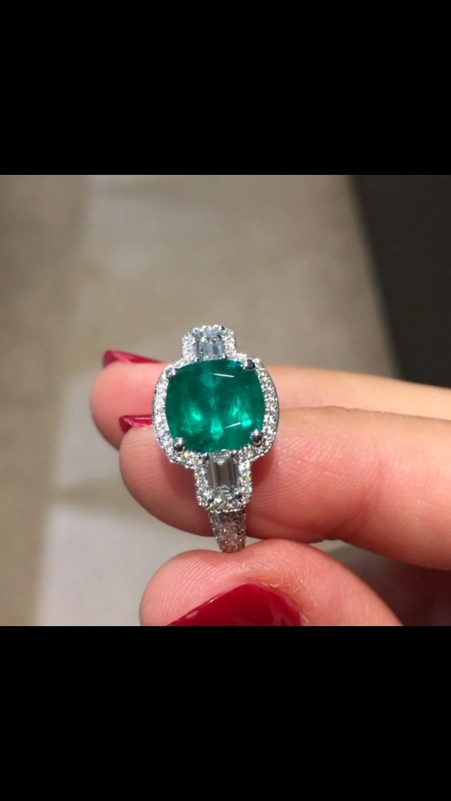Did you know that, among the 4 precious stones, the emerald is the most fragile one ? Ont the Mohs scale the emerald is around 7,5 whereas the diamond is at 10. #waskoll #2017 #paris #emerald #diamond #mohs #fragile #preciousstones